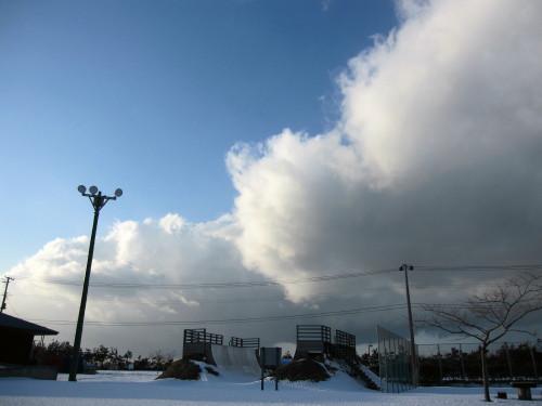 晴れ間と雪雲
